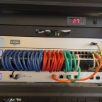 CloudKey Gen 2 Plus in der passenden Halterung, US 48 Switch ohne PoE, Kabeldurchführung, USW Pro 4P und natürlich Licht :)