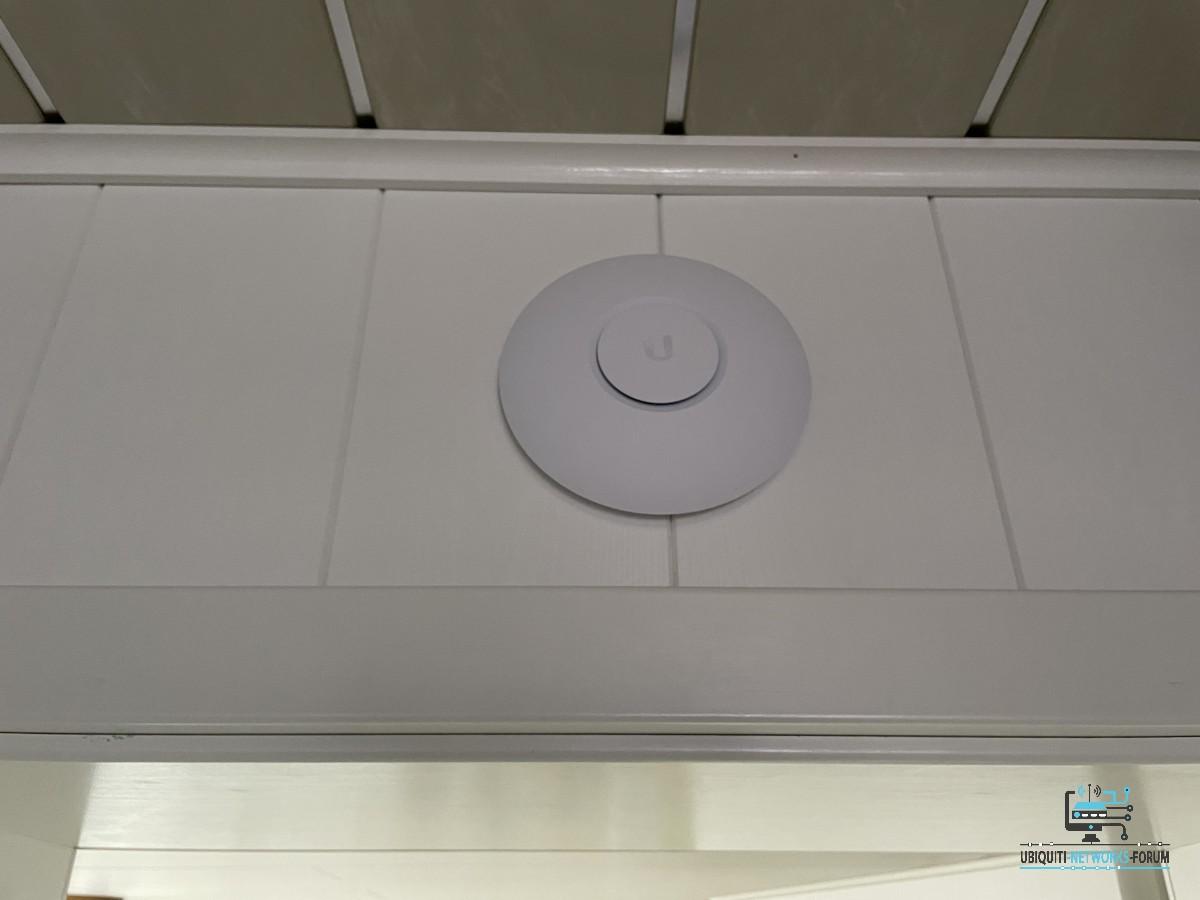 bei de Oma im OberGeschoss im Schlafzimmer ( Richtung Balkon für Magenta TV ) Unifi AP-AC L