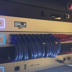 Blaue Netzwerkleitungen sind für das Heimnetzwerk