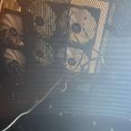 Lüfter an der Decke des Racks und Mess sensor Nippel im Bild für die Temperatur vorne bei der Anzeige